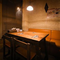 最大4名様まで利用可能な壁側テーブル席は2卓ご用意。繋げて利用することも可能です! ※感染対策のため、2名様利用の場合斜め向かいはにお座りいただくようお願いしております。3名様以上で隣同士でお座りいただくことになるため、事前にご了承ください。