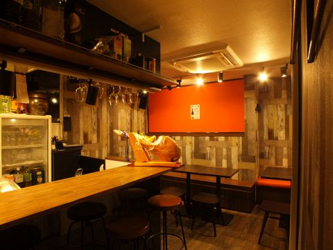 カウンター席があるのでお一人でもお楽しみ頂けます。オープンキッチンなのでスタッフとの会話も楽しめる自由な空間です!!お酒の種類も豊富なので、飲みながらスタッフやお客様同士で仲良くなりましょう。