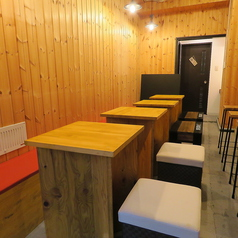 テーブル席は2名様卓を全4卓ご用意しております。テーブルは繋げて利用もできますので、女子会をはじめとした小規模なご宴会など様々なシーンでご利用いただけます!