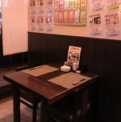 【2名様席】デートにおすすめの2名様テーブル席。パーテーションをおろせば2人だけの空間に…