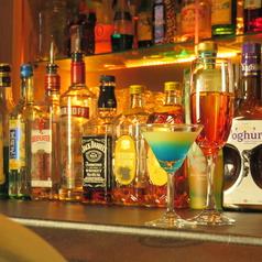 カウンターでごゆっくりお飲み頂くことも可能です。ドリンクも200種類ご用意しておりますので、お好みに合わせておつくり致します。