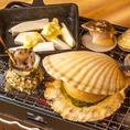 各お席のテーブルに専用の浜焼き台をご用意しております。鮮度抜群の生きた魚介をお持ちしますので、お客様ご自身の手で焼いてお楽しみいただけます。貝がパカッと口を開いたら食べ頃♪美味しそうな香りが漂います!海の幸を豪快に召し上がれ!