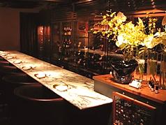 ソムリエと会話をしながらシャンパーニュが味わえるカウンター席は特におすすめです。