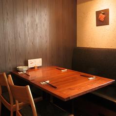 【テーブル4名様×1】片側のお席はソファーになっています。広々とお使いいただけるので快適にお過ごしいただけます。