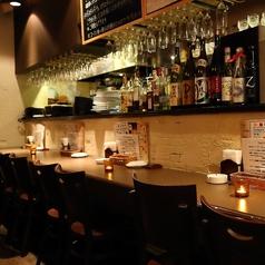 Hajime自慢のオープンキッチン向かいにあるカウンター席です♪デートなどのシーンに◎真向かいと異なる横並びだからこその特別な距離感がGOOD♪【広島 個室 居酒屋 飲み放題 500円 ワンコイン 肉 魚 フレンチ バル 宴会 女子会 歓送迎会 サプライズ 記念日】