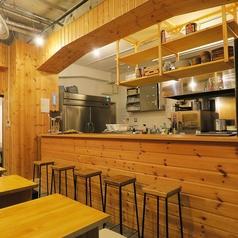 カウンターは全4席のご用意がございます。オープンキッチンになっておりますので、目の前で調理してお料理をご提供致します。お一人のお客様や並んでお食事を楽しまれる方は是非ご利用ください!
