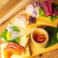 当店イチオシの看板メニューといえば新鮮なお刺身の盛り合わせ「波平てん盛」!その日おすすめの新鮮な魚介や珍味などをたっぷりと器に盛り付けた名物料理です。個性的な器と、彩り豊かなお刺身が見た目にも華やか!ぜひご賞味ください。