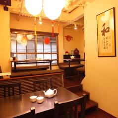 6人掛け×4人掛けテーブルが奥にあり、ゆっくりおくつろぎいただける空間になっています♪