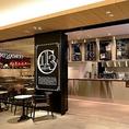 【Caffe113 ~NYスタイルのくつろぎサロン~】朝から夜まで何度でも気軽に立ち寄れる、セルフサービスのカフェ。店内からは挽き立てのコーヒの香りが立ち、パニーニや野菜スープ、ヘルシードリンクなど女性に嬉しいメニューをご用意しております。