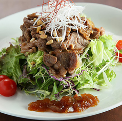 料理メニュー写真プルコギと松の実のサラダ