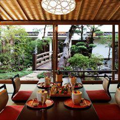 日本庭園を眺められるお座敷席。