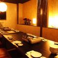 一つのテーブルで横一列に並べて座る『宴会らしい宴会』が可能な宴会席。早めのご予約で個室での利用も可能。詳細な人数や仕様はお問い合わせ下さい。