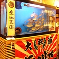 当店では漁港直送の鮮魚の質を落とさないためにも、店内に生簀を備えております!お客様のもとにご提供する魚介はすべてここから獲ったものをその場で捌くので鮮度抜群!