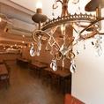 古材とアイアンを基調としたアンティークなオシャレ空間のアクセントのシャンデリア。優雅なひとときを・・・