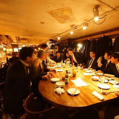 15名が座れる楕円形の大テーブル。みんなの顔が見れるので、一体感のあるパーティができます。