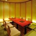 【葉月】和紙壁からの柔らかな照明と生花が華やぎを沿える掘り炬燵の完全個室。曲線で囲む室内は開放感のある空間。朱赤色のテーブルに彩鮮やかなお料理を並べれば、会話が弾む事間違い無しです。