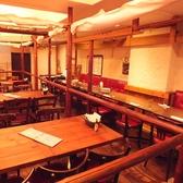 間仕切りを上げると、4名テーブルの半個室は35名様までご利用いただける大きなフロア席になります。大人数の貸切パーティも可能です!