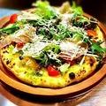 料理メニュー写真色々野菜とベーコンのバジルピザ/カプリチョーザ・生ハムとシャキシャキ野菜のピザ