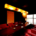 ≪接待におすすめ♪大人の雰囲気漂う完全個室居酒屋≫接待や会食におすすめなテーブル席。結納・顔合わせにも最適な個室です。情緒あふれる坪庭を眺めながら、みちのく料理、日本各地の蔵元から取り揃えた日本酒をどうぞ・・・大切な場面にも四日市のゆるり屋次郎がおすすめ。四日市駅にお越しの際は是非ご来店ください。