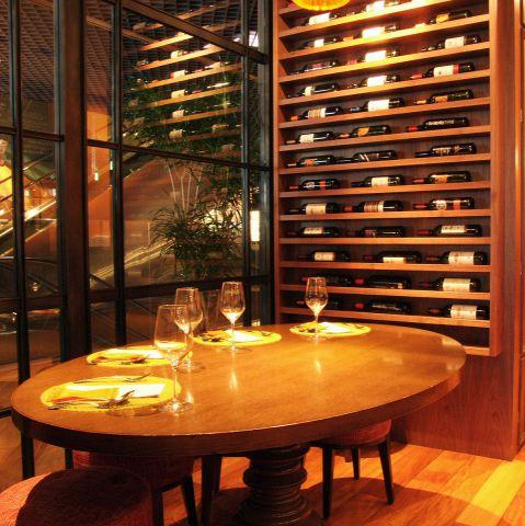 ソファー席やバル席など、かわいい店内で、豊富なタパスを楽しむ新しいスペイン料理