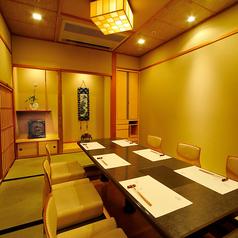 【卯月・弐】仙台箪笥の小箪笥や、陶器の掛け軸など和の香りただよう落ち着いた完全個室…ご接待には最適な個室です。