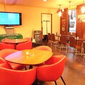 赤のソファがかわいい、テーブル席。女子会やちょっとした飲み会に◎窓側のテーブル席は、デートにも人気☆