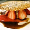 料理メニュー写真マスカルポーネのムースと苺のフイヤンティーヌ 白ゴマ風味