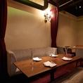 【女子会やデートに最適】半分ソファータイプのテーブル席。カーテンで半個室としてもご利用可能です。打ち上げや女子会、合コン、誕生日・記念日デートでご利用のお客様もたくさんいらっしゃいます♪