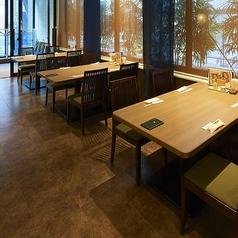 大きめの4名様テーブル。ゆったりくつろげるスペースです。夜は窓際がライトアップされ、幻想的な雰囲気をお楽しみいただけます。