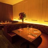 NYの高級レストランをイメージした店内空間。デートに最適なラウンドスタイルのソファー席