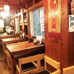テーブル4名席(5卓)ございます。仕事帰り/友人/同期同僚/飲み会の後の〆飯で。安くて美味い店ならではのご利用をいただいております。木のテーブルも昔ながらのどっしりとしたデザイン。昔懐かしい雰囲気で気軽に入りやすいお店です。