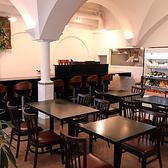 中央のテーブル席では、2名様×9までご利用いただけます!組み合わせもできますので、ご相談ください。白い壁に囲まれたお洒落な空間となっております。デート・記念日・誕生日会などに最適なお席となっております♪女子会/記念日/デート/宴会/貸切/ワイン/野菜/肉/銀座