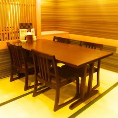 テーブルを繋げて8名様までお座り頂けるテーブル席です。畳の上にテーブルがございますので、靴を脱いでお寛ぎ下さい。