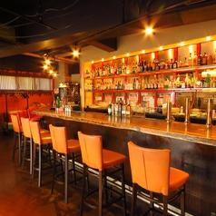 12席あるカウンター席は豊富に取り揃えているお酒を眺めながらくつろいでいただけます。