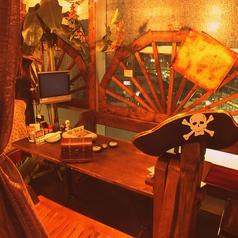 【カリブ席】海賊チックな気分を味わえるお席。海賊帽子もご用意★6名様×2席/間のパーテーションを取り除けば15名様程でご利用いただけます。