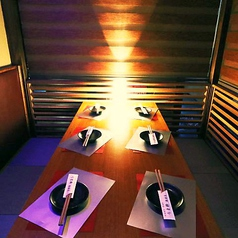 ベンチソファーで楽ちんに過ごせる広々としたリクラニングテーブル席です。この席から始まる、楽しい宴会やパーティーに、お酒と肉バルメニューのコラボは、楽しい場になること間違いなしです。あまりお話しされていない方も親交を深める仲間内でもおススメな席です。