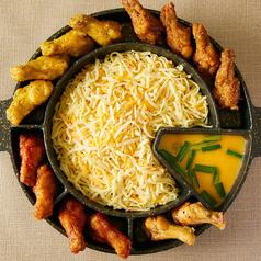 とろ~りチーズの周りに4種のチキンが輪を描く【UFOフォンデュ】秘伝味付けチキンが5種のチーズにマッチ◎