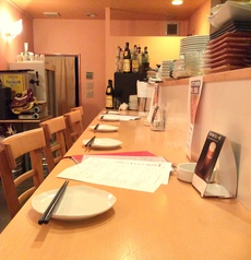 お一人様でごゆっくりと。もしくはデートで良い雰囲気でディナーを。カウンター席でも広くゆったりとお過ごし頂けます。