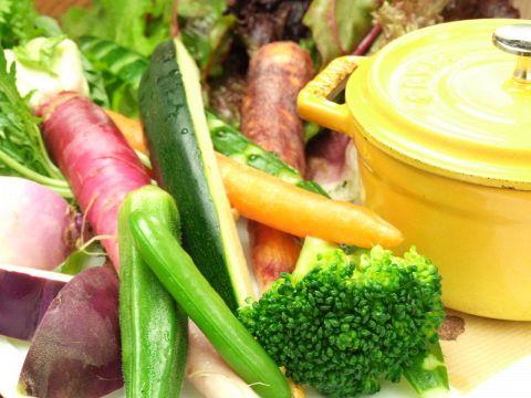 ↑旬の湘南地野菜を盛り込んだプレート。ニンニクとアンチョビのソースにからめて…