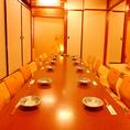 広々お座敷は4/6/12/24/36名様までご利用可能です。背もたれ付の椅子もあり、ゆったりとお寛ぎ頂けます。