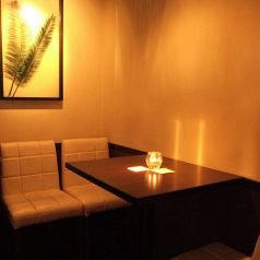 孤立した二人だけのテーブル席