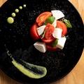 料理メニュー写真フルーツトマトとモッツァレラのカプレーゼ