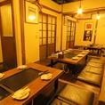 入り口には昭和レトロな扉。そしてこの長い部屋は、ふすまで自由に仕切れます☆完全個室があるのは笹塚店だけ!