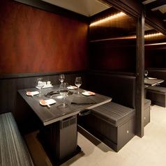 完全個室ではないものの、仕切りがひとつひとつにあり、プライベート空間を演出!