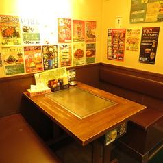 地元のお客さんや観光客のお客様で毎日賑わう店内☆全席鉄板付きなので料理がアツアツのままでお召し上がり頂けます♪