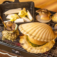 テーブルに備えたコンロで焼きながら味わう浜焼き!