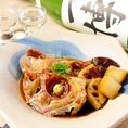 【海鮮好きに】伊勢中心に様々な漁港から仕入れる新鮮な魚介を使った寿司や海鮮料理が自慢です。店主厳選の日本酒とともにお楽しみ下さい。