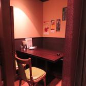 カーテンで仕切れる個室風空間のテーブル席