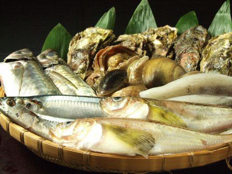 うなぎを中心とした各種魚料理とオリジナル焼酎を味わうことができます。