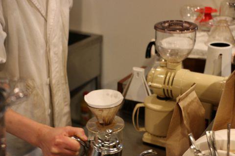 ケーキにあうコーヒーは、ご注文が入ってから豆を引きハンドドリップで一杯ずつ淹れております。